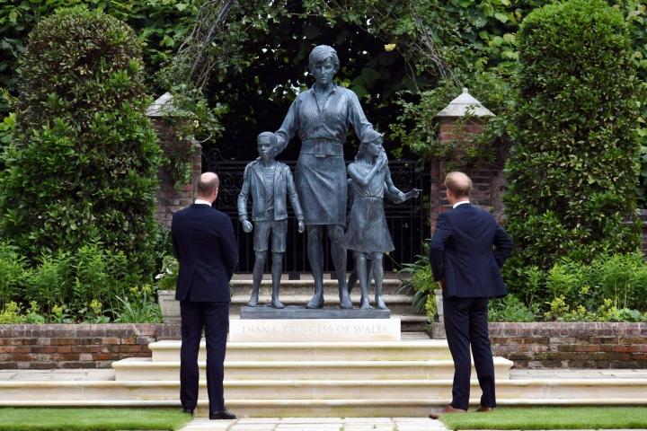 Prinssit William ja Harry äitinsä patsaan äärellä. Lehtikuva/AFP