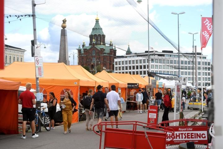 Suomeen voivat kuitenkin saapua vapaasti kaikista maista henkilöt, joilla on hyväksyttävä todistus saadusta koronarokotussarjasta. LEHTIKUVA / SILJA-RIIKKA SEPPÄLÄ