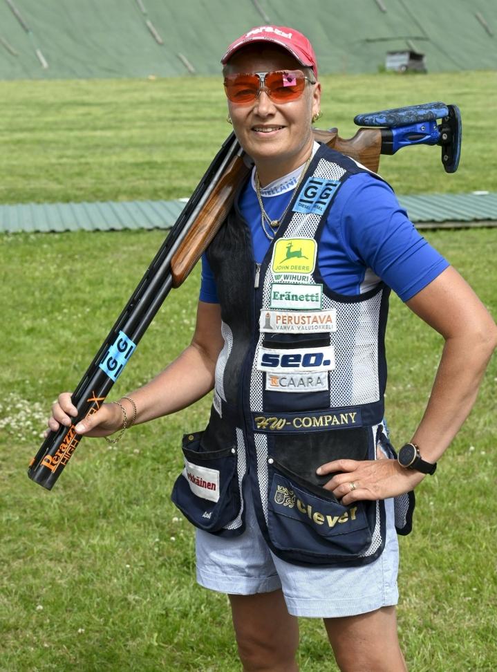 Trap-ammunnan olympiavoittaja Satu Mäkelä-Nummela toimii Suomen lipun kantajana Tokion olympialaisten avajaisissa. Joka maalle on nimetty poikkeuksellisesti kaksi lipunkantajaa. LEHTIKUVA / Jussi Nukari