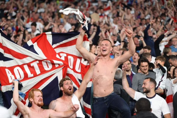 Englannin jalkapallokannattajat juhlivat joukkueensa voittomaalia Tanskasta Wembleyn stadionilla Lontoossa keskiviikkoiltana. LEHTIKUVA / AFP
