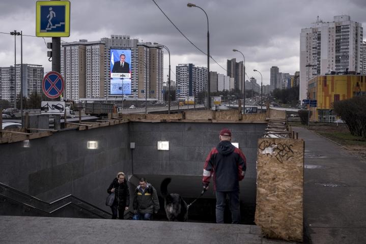 Moskovan lähellä oleva videomainostaulu näyttää presidentti Vladimir Putinin pitämässä merkittävää puhetta 21. päivä huhtikuuta 2021. Darksiden salattu kirjeenvaihto Colonial Pipelinen iskua edeltäviltä kuukausilta paljastaa, että ryhmä oli kasvava rikollisorganisaatio, jonka kuukausittaiset tuotot liikkuivat miljoonissa dollareissa.