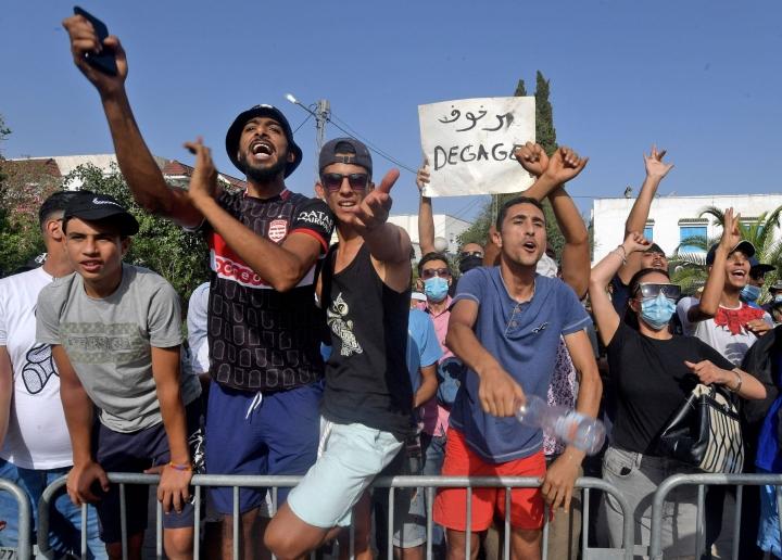 Presidentti Kais Saiedin kannattajia Tunisian parlamentin edustalla. LEHTIKUVA / AFP