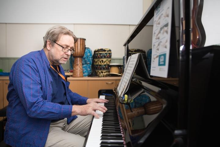 Eero Hämeenniemi esittää Botanialla meditaatiokonsertin. Kuvassa Hämeenniemi syksyllä 2020.