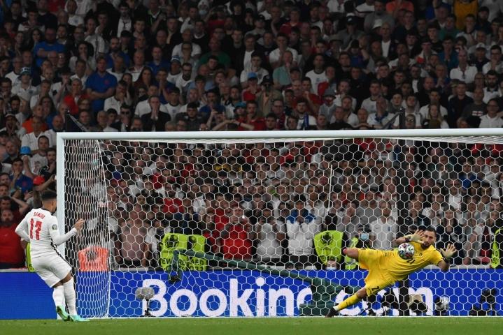 Italian maalivahti Gianluigi Donnarumma torjui Englannin Jadon Sanchon laukauksen EM-finaalin rangaistuspotkukilpailussa. Lehtikuva/AFP