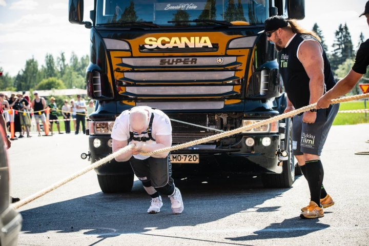 Joni Juntunen nousi Juuassa korkeimmalle korokkeelle. Joensuulaista kannusti vieressä Mika Törrö.