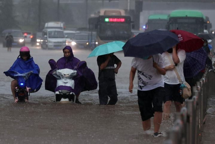 BBC:n mukaan Henanin maakunnassa on annettu korkein mahdollinen säävaroitus poikkeuksellisen rajun sadekauden vuoksi. LEHTIKUVA / AFP