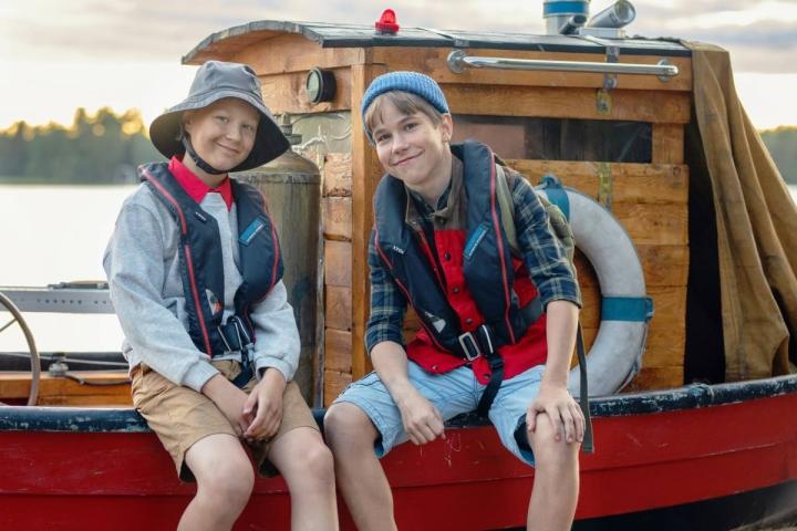 Kilu (Oskari Mustikkaniemi) ja Pertsa (Olavi Kiiski) seikkailevat vesillä.