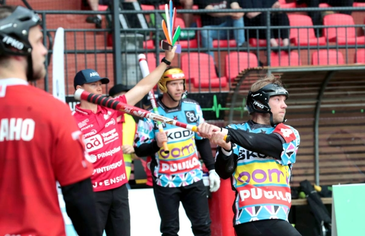 Henri Litmaselle (lyömässä) valinta Itä-Länteen on pitkän superpesisuran ensimmäinen. Näin on myös Patrik Wahlstenille (taustalla).