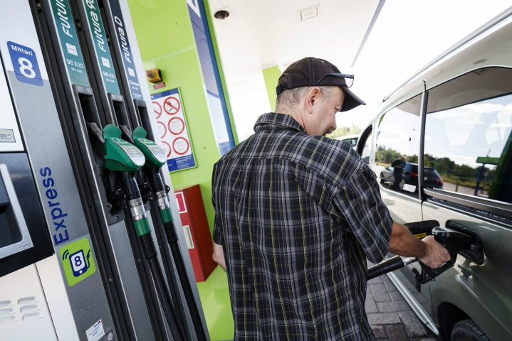 Hintaseurantasivusto Polttoaine.netin mukaan 95E-bensiinin keskihinta oli perjantaina 1,67 euroa ja dieselin 1,50 euroa litralta. Lehtikuva / Roni Rekomaa