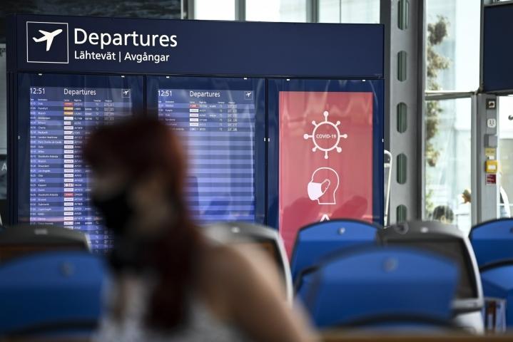 Keskuskauppakamarin mukaan koronarajoitukset vaikeuttavat myös yritysedustajien matkustamista vientimaihin. Lähtevien lentojen aula Helsinki-Vantaalla 6. heinäkuuta. LEHTIKUVA / EMMI KORHONEN