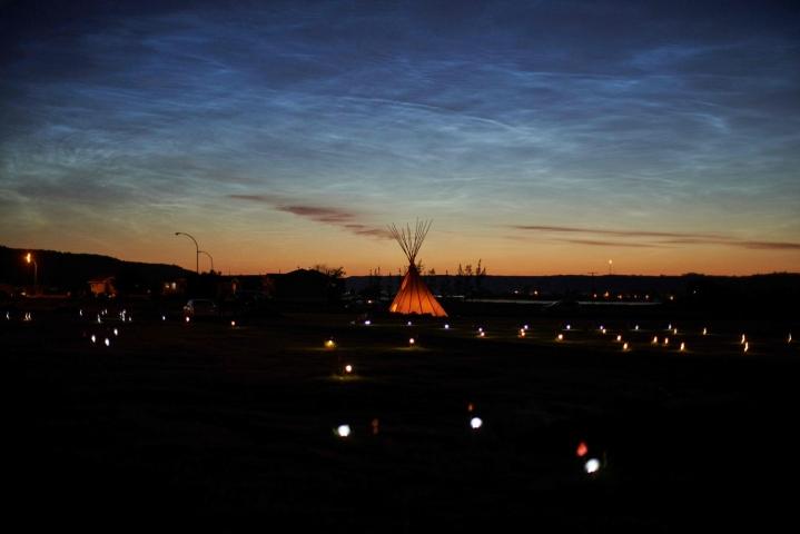 Saskatchewanissa valot ja liput osoittavat paikat, joista löydettin yli 751 ihmisen jäänteet.  LEHTIKUVA / AFP