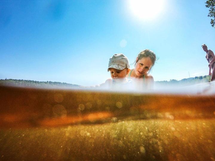 Lämpimästä kesästä nauttivat saavat ensi viikollakin yllin kyllin aurinkoa, sillä lämpötilat ylittävät edelleen hellerajan. Kuvituskuva.