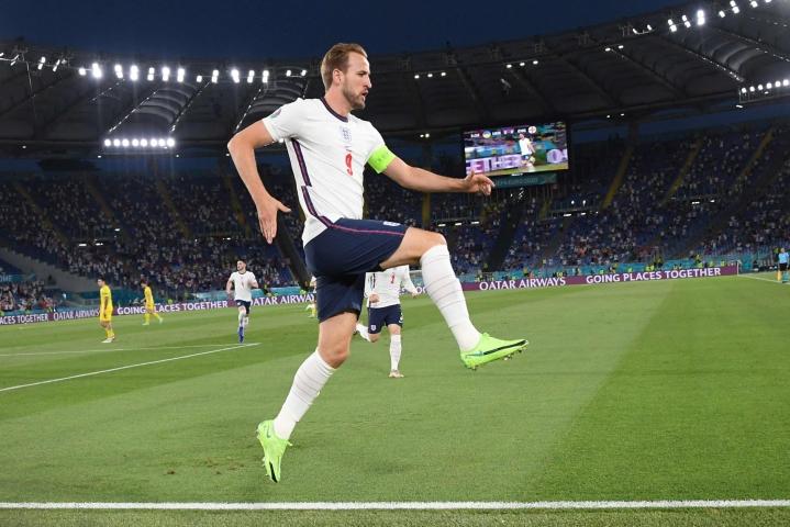 Harry Kane teki kaksi maalia Ukrainan verkkoon.  LEHTIKUVA/AFP