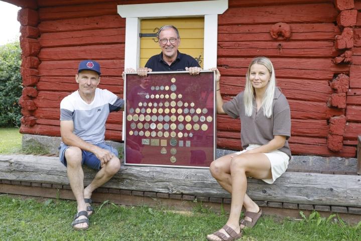 Vesa Alanen (vas.), Raimo Alanen ja Emmi Alanen esittelevät urheilu-urillaan saavuttamiaan mitaleja vanhalla kotipaikallaan Lappajärvellä. Lehtikuva / Timo Aalto