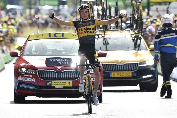 Yhdysvaltain Sepp Kuss juhli etappivoittoa Tour de France -kisassa. LEHTIKUVA/AFP