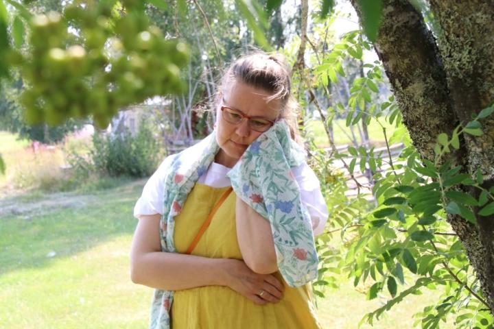 Äänellä itkijä Emilia Kallonen kertoo, että opettaessaan äänellä itkemistä kursseilla, julkiseen itkemiseen liittyvä häpeä nousee lähes poikkeuksetta esille.