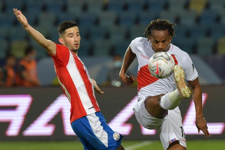 Paraguayn Mathias Villasanti (vas) ja Perun Andre Carillo taistelivat pallosta jalkapallon Etelä-Amerikan miesten mestaruusturnauksessa eli Copa Americassa. Lehtikuva/AFP