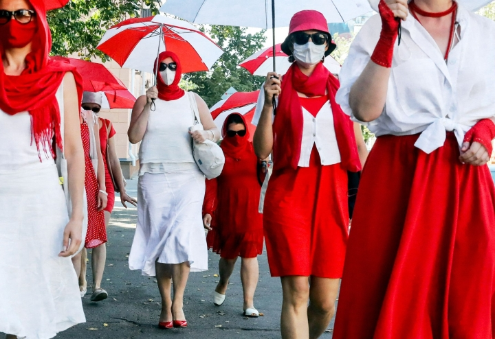 Valkovenäläiset naiset marssivat sunnuntaina Minskissä osoittaakseen solidaarisuutta maansa poliittisille vangeille, joita arvioidaan olevan noin 560. LEHTIKUVA / AFP