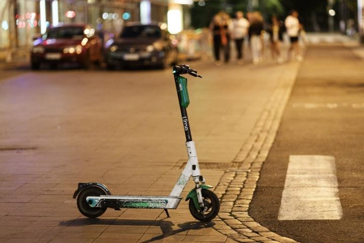 Sähköpotkulautojen yönopeuksia rajoitetaan muuallakin kuin pääkaupungissa. Lehtikuva / Roni Rekomaa