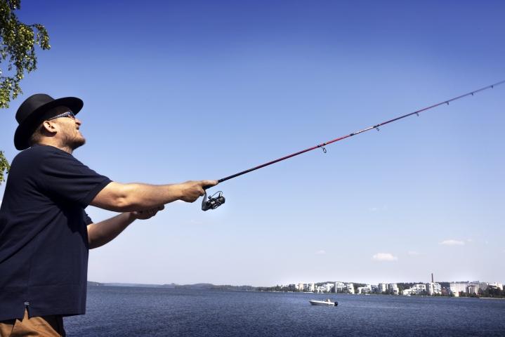 Vesa Pirttimaa ehtii kesäisin kalaan monta kertaa viikossa. Lukion lehtorina työskentelevän miehen mieli lepää veden äärellä.