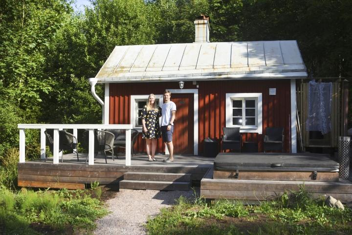 Mikkosten sauna on valmistunut vuonna 1946. –Terassilla on mahdollista vilvotella ja käydä paljussa, Iisa ja Jussi Mikkonen kertovat.