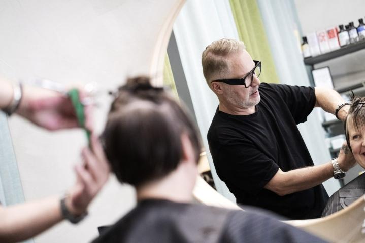 Korona on koetellut myös Hiusmuotoilu Rentolaa Helsingissä pyörittävää Markku Janhusta. Hän pitää tänä kesänä lomaa vain viikon verran. LEHTIKUVA / RONI REKOMAA