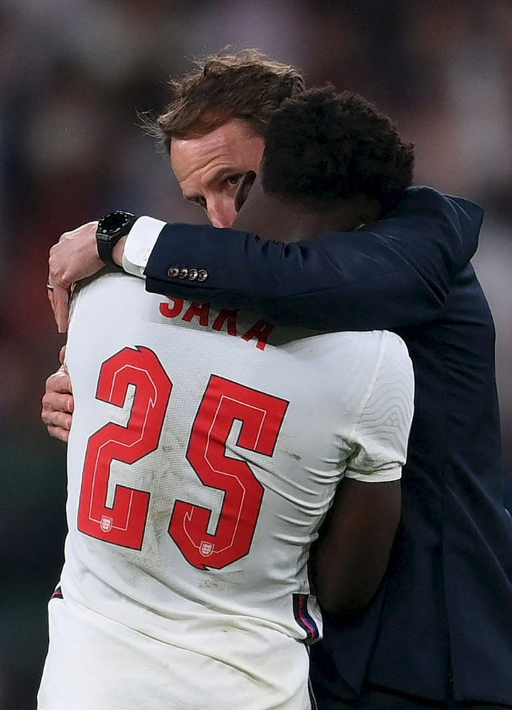 Englannin valmentaja Gareth Southgate lohdutti Bukayo Sakaa tappioon päättyneen EM-loppuottelun jälkeen. LEHTIKUVA/AFP