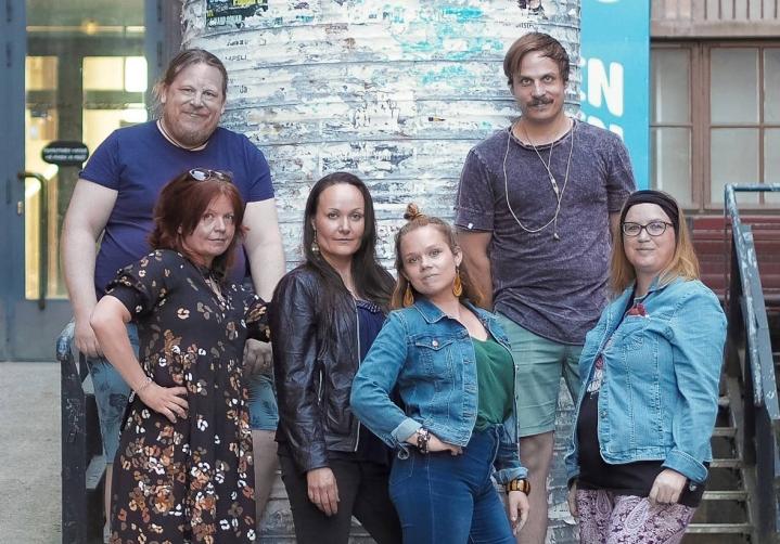 Ruuhkavuodet-yhtyeeseen kuuluvat Mikael Meller (vas.), Tuula Lappalainen, Elisa Järveläinen-Koivusalo, Anni Kallio, Niilo Suihko ja Pipsa Meller. Yhtyeen kuudesta jäsenestä kolme oli Karjalaisen videohaastattelussa.