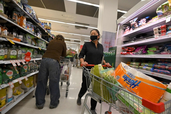 Vain välttämättömiä tuotteita myyvät kaupat saavat olla avoinna Sydneyssä. LEHTIKUVA/AFP