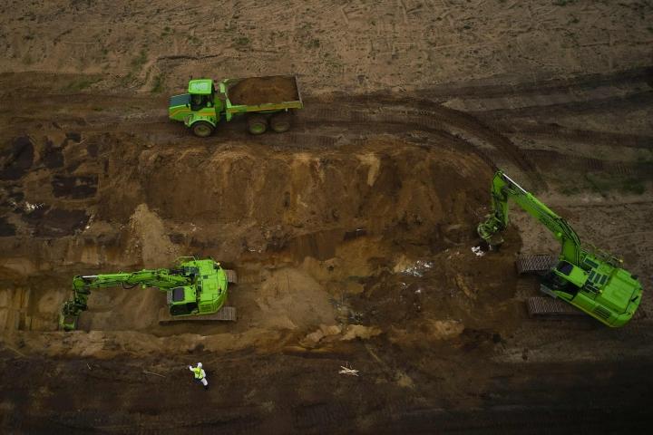 Tanskassa on saatu tänään päätökseen lähes kahden kuukauden mittainen urakka, jossa kaivettiin maasta 13000 tonnin verran minkinruhoja. LEHTIKUVA/AFP