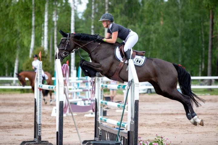Pohjois-Karjalan Urheiluratsastajien Petra Heikkinen osoitti jälleen ratsuineen vahvaa virettä.