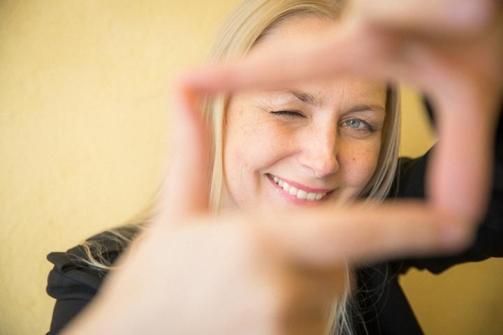 Taiteilija-apurahan sai muun muassa elokuvaohjaaja Zaida Bergroth. Kuvassa Bergroth Joensuussa vuonna 2020.