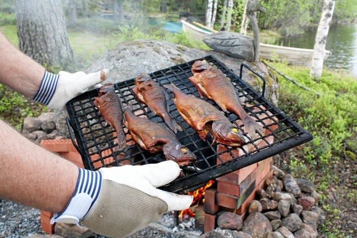 Kotimainen kala maistuu kesällä herkulliselta vaikkapa savustettuna.