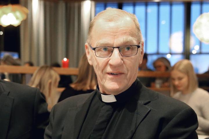 Eläkkeelle jäänyt kirkkoherra Jorma Hoppa kertoo asuvansa vakituisesti Juuassa. Myös väestötietojärjestelmän mukaan hänen kotikuntansa on Juuka.