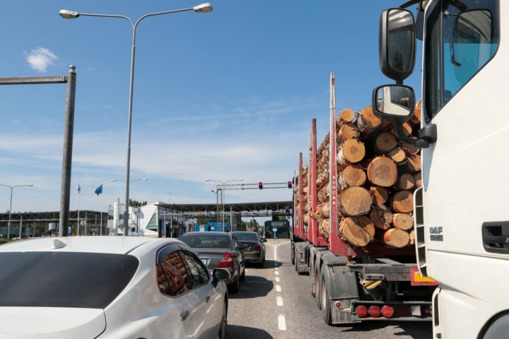 Venäjältä saapuvien kaistoja on tällä hetkellä kaksi, omat linjat ovat henkilöautoille ja raskaalle liikenteelle. Autoilijat jonottavat rajatarkastukseen ja koronatestiin.