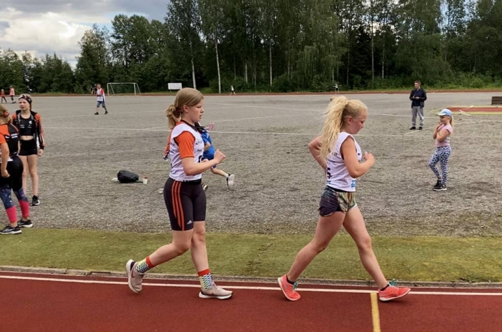 14-vuotiaiden tyttöjen 3?000 metrillä PyU:n Aino Kiiskinen (kärjessä) ja Nea Nousiainen alittivat SM-kisojen tulosrajan.