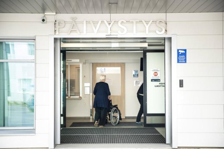 Etenkin ikäihmiset ovat uupuneet kesän hellekeleistä ja hakeutuneet sen vuoksi päivystykseen keskussairaalaan.