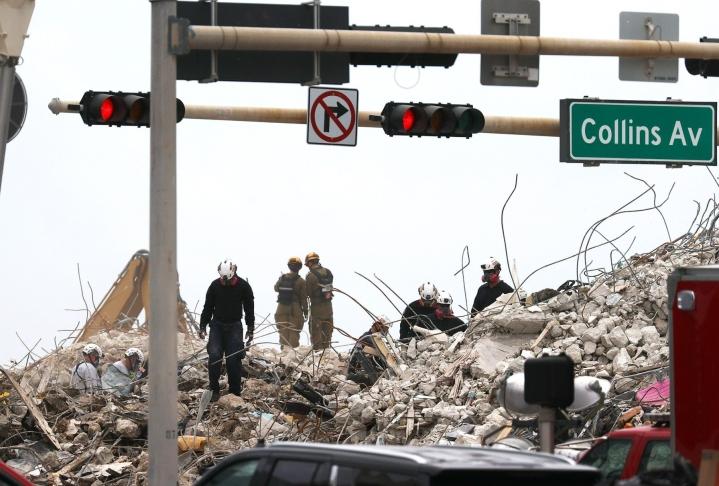 Yhdysvaltain Floridassa pelastustyöntekijöiden on määrä päättää henkiinjääneiden etsintä Miamin lähistöllä toissa viikolla tapahtuneen osittaisen kerrostaloromahduksen jälkimainingeissa. LEHTIKUVA/AFP