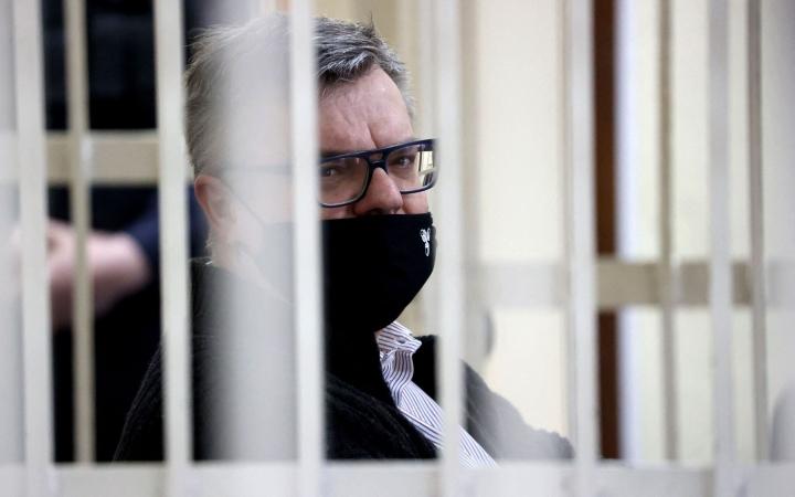 Viktor Babariko kuvattuna oikeudenkäynnissä Minskissä helmikuussa. Häntä pidettiin ennalta Aljaksandr Lukashenkan vahvimpana haastajana presidentinvaaleissa, mutta hänen ei annettu asettua ehdolle. Lehtikuva/AFP