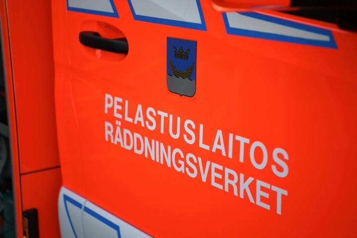 Turmapaikalle hälytettiin neljä pelastuslaitoksen yksikköä puoli kuuden jälkeen sunnuntaiaamuna. LEHTIKUVA / Antti Aimo-Koivisto