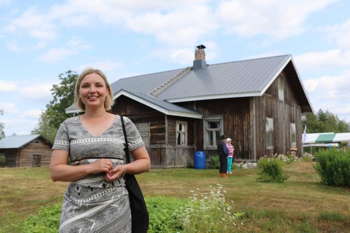 Nurmeslainen Anu Huusko esitteli Pulkkilan vanhaa taloa, jossa hänen mummonsa Olga Lipponen vietti lapsuutensa. Pulkkila oli aikoinaan kylän keskus, jossa ristesivät kaikki alueen kulkureitit.