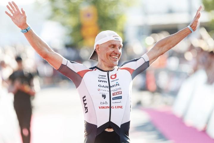 Tero Setola triathlonin Ironman 70.3.-kilpailussa Lahdessa tänään. LEHTIKUVA / RONI REKOMAA