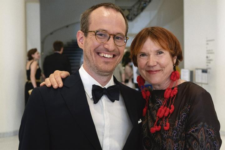 Ohjaaja Juho Kuosmanen ja Hytti nro 6 -kirjan kirjoittaja Rosa Liksom punaisella matolla Cannesin elokuvajuhlilla. LEHTIKUVA / HANDOUT / SAMI KUOKKANEN