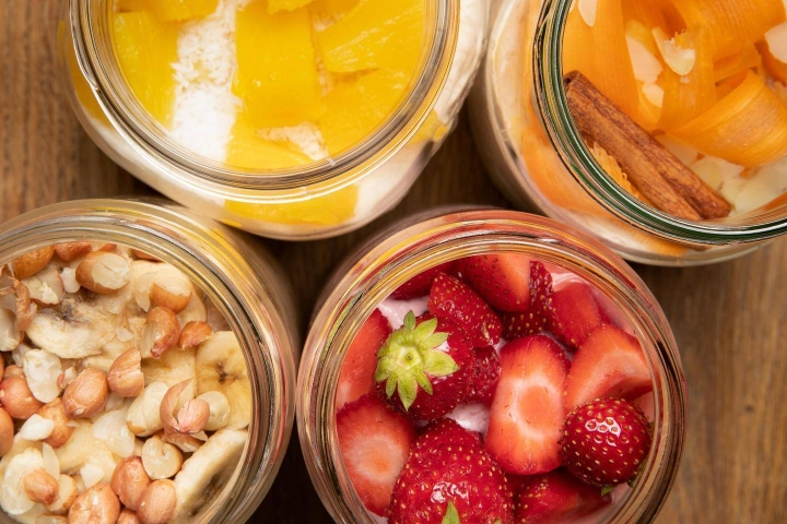 Tuorepuurojen makuyhdistelmissä pääsee käyttämään luovuuttaan. Erilaiset hedelmät ja marjat sopivat puuroihin hyvin.