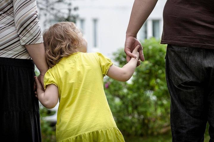 Vanhemmat kokivat, että vanhemman pitäisi olla samaan aikaan suorituskeskeinen mutta myös läsnäoleva ja epäitsekäs. Kuvituskuva.