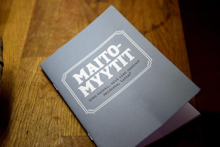 Ruotsalaisen kaurajuomavalmistajan suomalaisille postissa lähettämä Maitomyytit-kirja 27. lokakuuta 2020. LEHTIKUVA / ANTTI AIMO-KOIVISTO