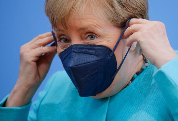 Liittokansleri Angela Merkel sanoi torstaina lehdistötilaisuudessa odottavansa koronatapausten kaksinkertaistuvan Saksassa seuraavien kahden viikon aikana.  LEHTIKUVA / AFP