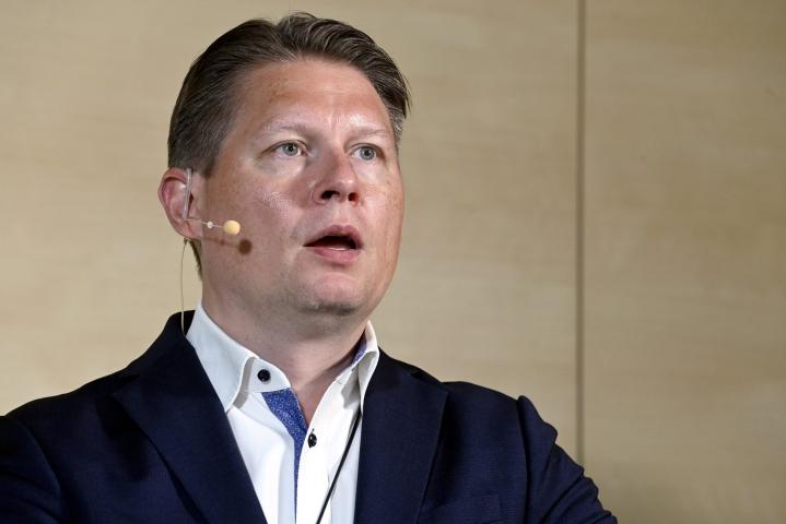 Finnairin toimitusjohtaja Topi Manner huomauttaa, ettei ilmailualalla ole koronapandemian seurauksena voittopuskuria, josta ottaa kustannuksia pois.  LEHTIKUVA / HEIKKI SAUKKOMAA