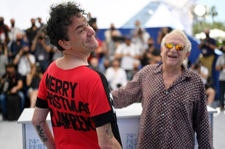Ohjaaja Mark Cousins (vas.) ja tuottaja Jeremy Thomas Cannesin filmifestivaaleilla. LEHTIKUVA/AFP