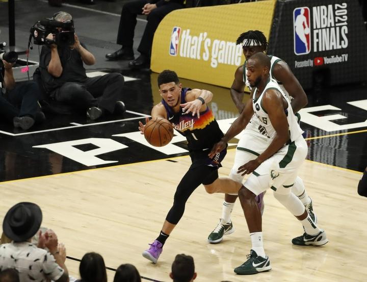 Phoenix kukisti Milwaukee Bucksin pistein 118–105. Kuvassa Phoenixin Devin Booker ja Milwaukeen Khris Middleton. LEHTIKUVA/AFP